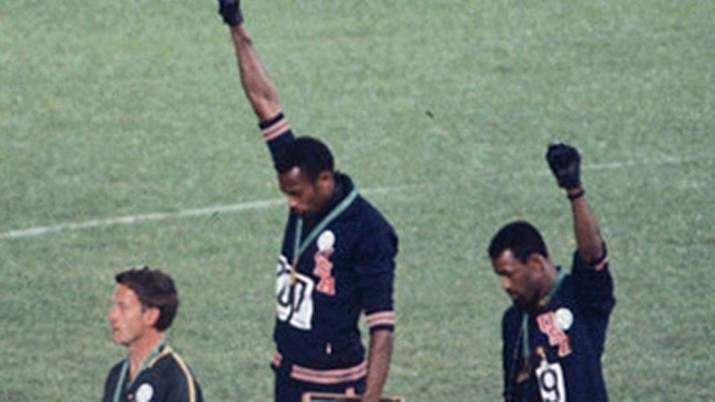 Tommie Smith y John Carlos hacen el saludo del 'Black Power'