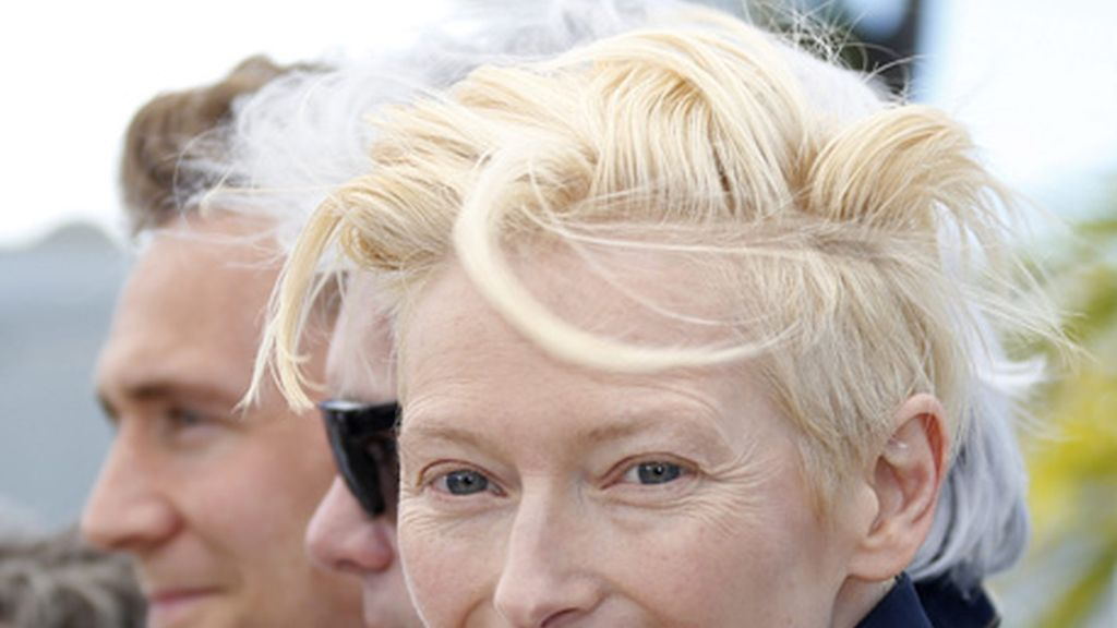 Tilda Swinton sonriente en el Festival de Cine de Cannes