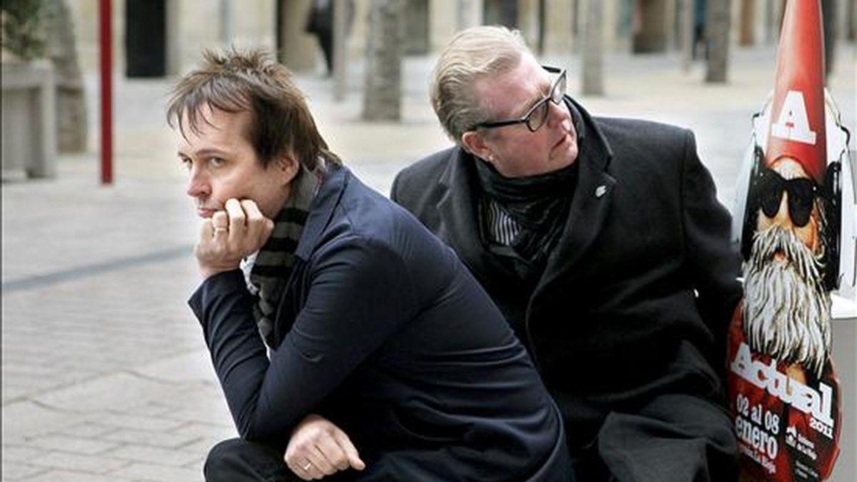El cantante californiano Chuck Prophert (iz) junto a Johnny Green, posan tras la rueda de prensa que han ofrecido hoy dentro de la tercera jornada de Actual 2011 en la que actuarán esta noche en la Sala Norma de Logroño. EFE