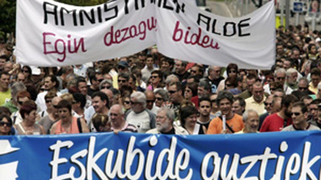 Cientos de personas han reclamado hoy en Pamplona los derechos de los presos vascos FOTO: EFE