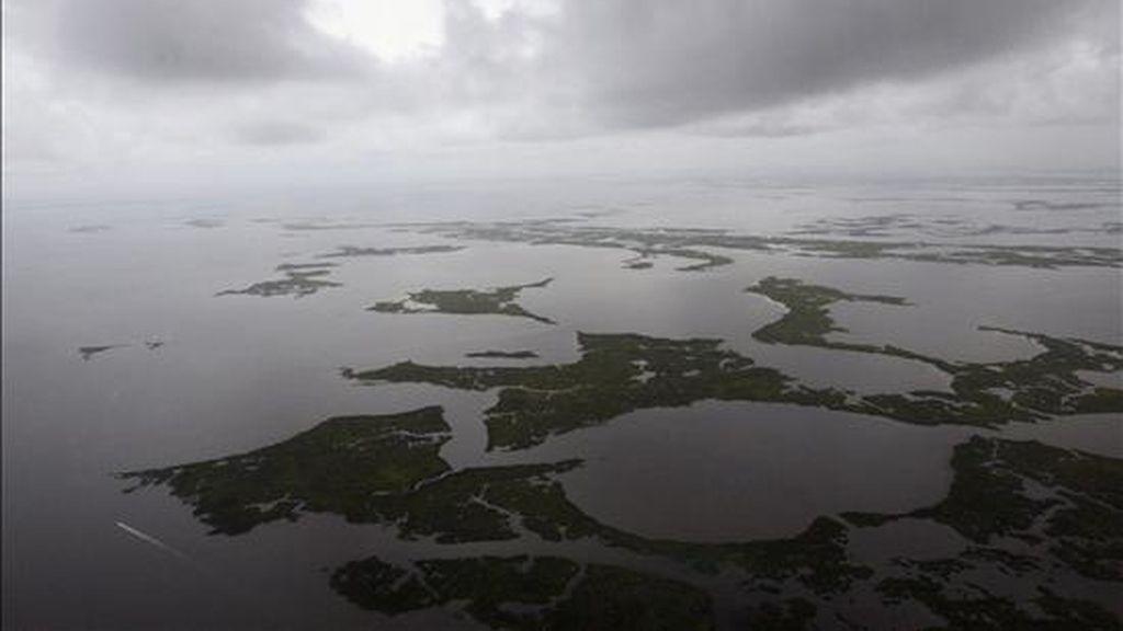 Durante su paso por las cercanías del área donde se encuentra el pozo averiado, BP, la empresa responsable del vertido, ha declarado la suspensión temporal de las actividades. EFE/Archivo