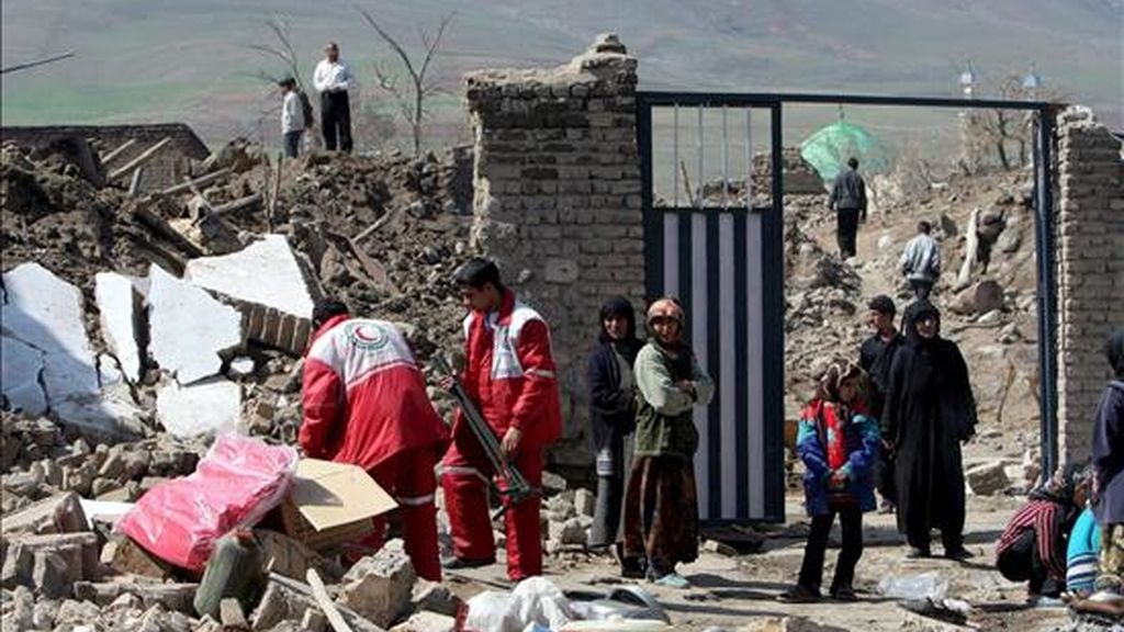Imagen de archivo, fechada el 1 de abril del 2006, de varios habitantes de la localidad de Jaled Ali, en el oeste de Irán, tras los tres terremotos que se registraron en la provincia de Lorestan. EFE/Archivo