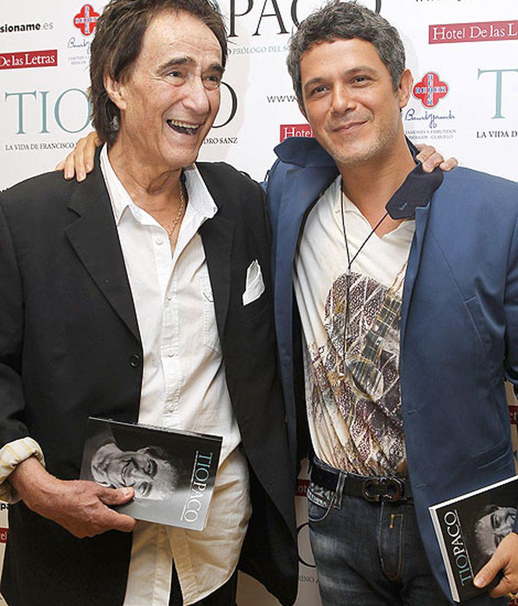 Alejandro Sanz posó junto al protagonista de la tarde, su tío Paco