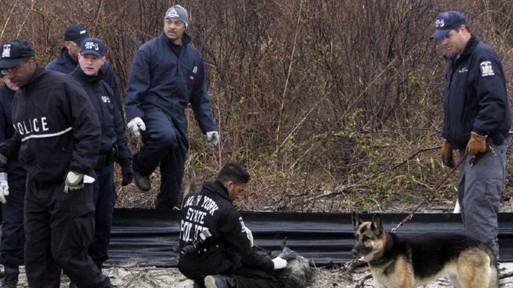 Agente de la policía de Nueva York buscan pistas del asesino en serie de Long Island. Foto AP