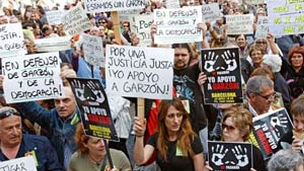 Manifestantes convocados por la Plataforma contra la impunidad del franquismo este sábado, en Madrid. Foto: EFE