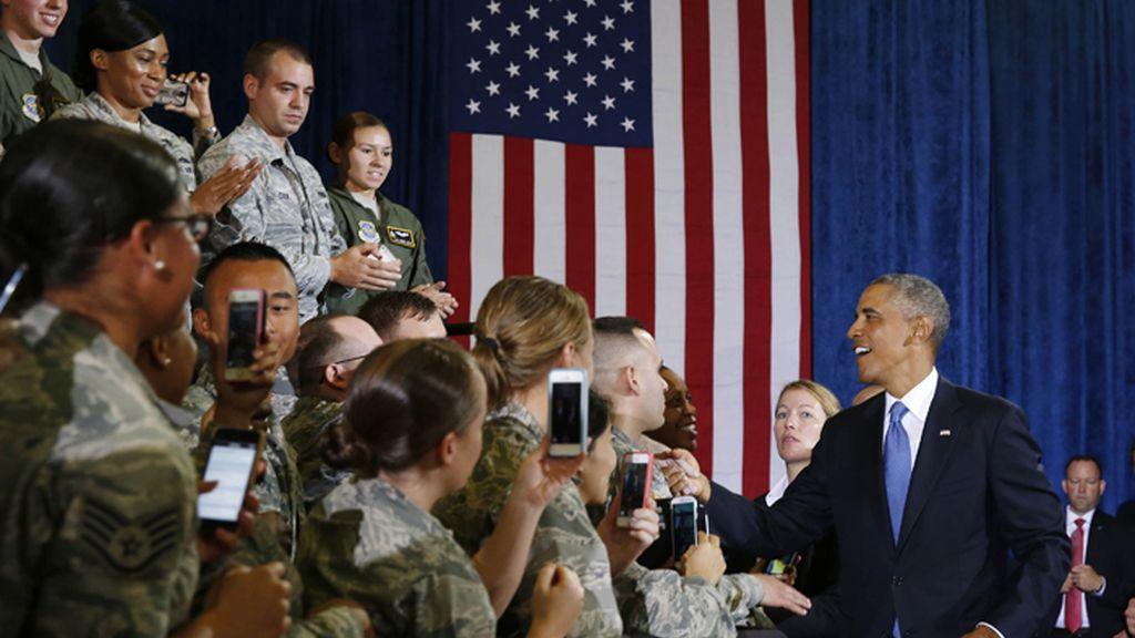 Barack Obama saluda a varios soldados de la base de MacDill en Tampa, Florida