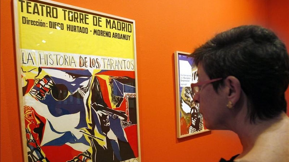 Una mujer observa uno de los carteles publicitario de Josep Guinovart que expone el Museo de Historia de Cataluña para conmemorar su 80 aniversario. EFE/Archivo