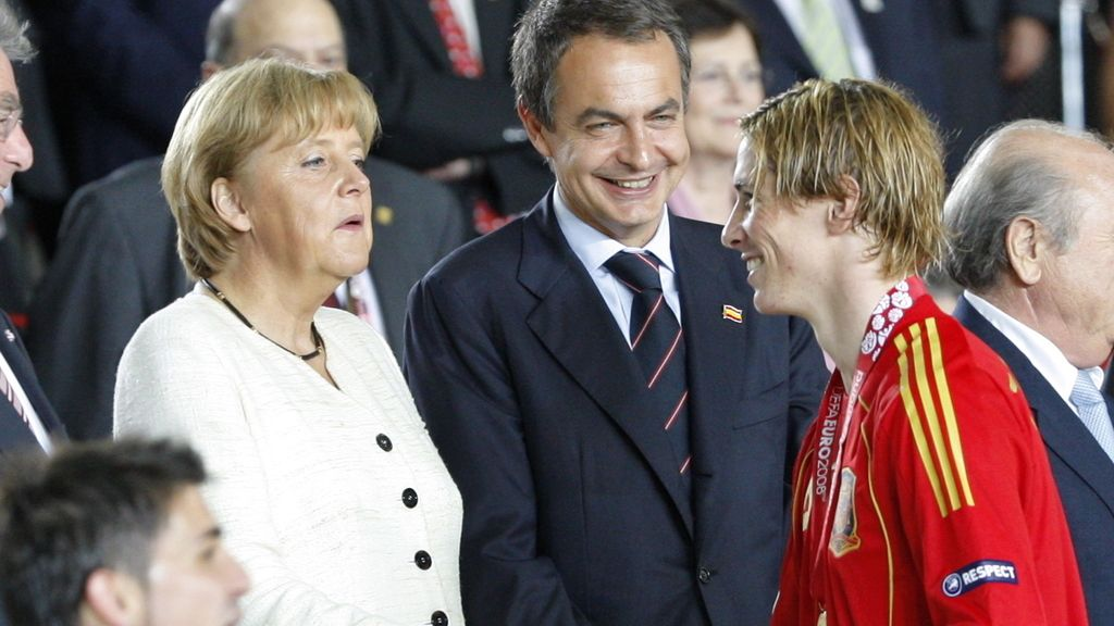 Merkel falicita a Fernando Torres en la Eurocopa 2008
