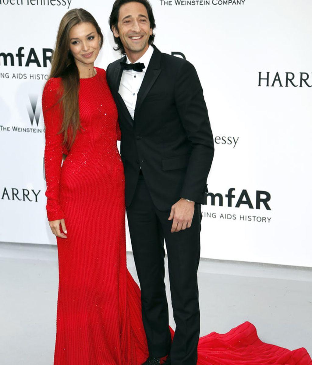 Lara Lieto, pareja de Adrien Brody, se decantó por el rojo más rotundo