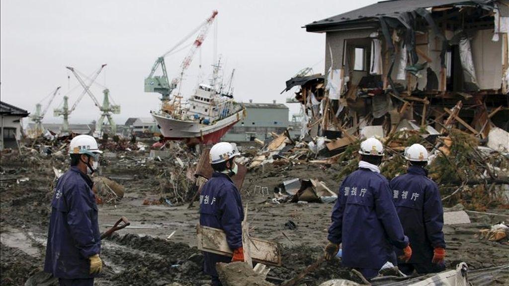 Miembros de las fuerzas de autodefensa japonesas caminan entre los escombros mientras buscan a desaparecidos durante el terremoto y posterior tsunami del 22 de marzo, en la localidad de Higashimatsushima, prefectura de Miyagi, norte de Japón. EFE