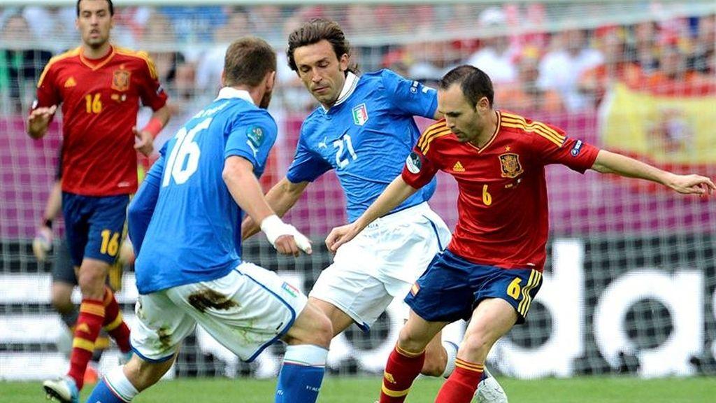 Iniesta intenta regatear a De Rossi