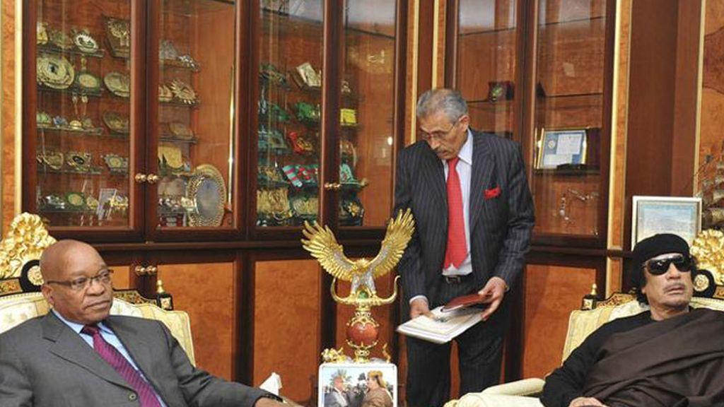 El presidente sudafricano, Jacob Zuma (i), y el líder libio, Muamar El Gadafi, durante la reunión que celebraron en Trípoli (Libia).