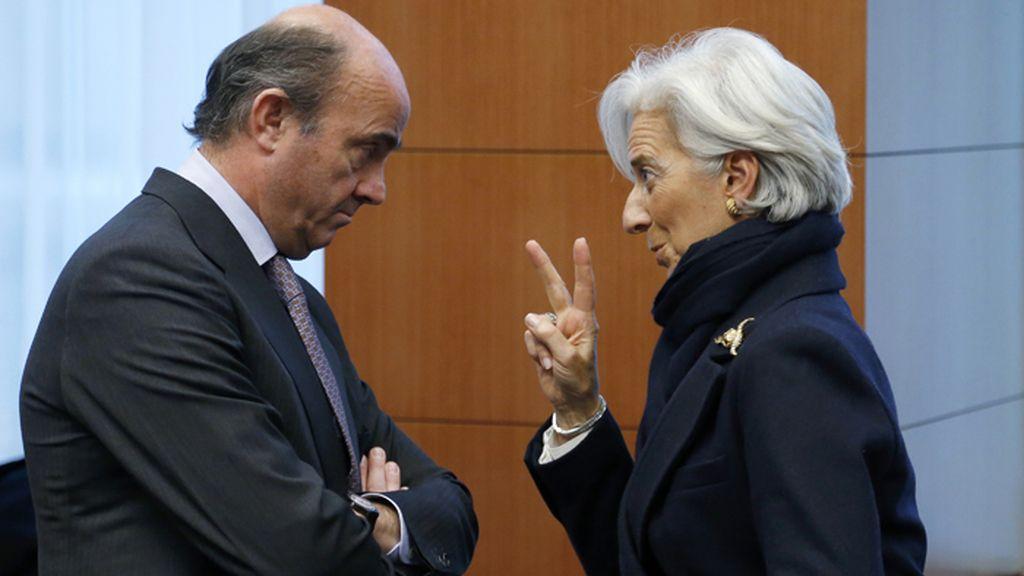 Luis de Guindos y Christine Lagarde conversan durante una reunión del Eurogrupo