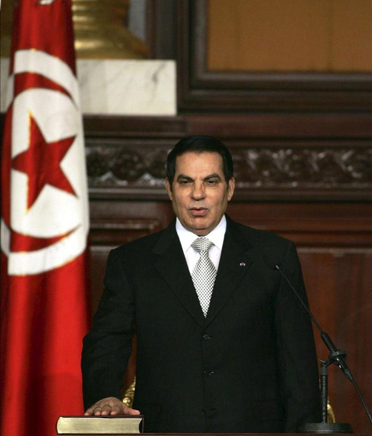 Fotografía de archivo del presidente tunecino, Zine el Abidine Ben Alí, jurando su cargo en la Asamblea Nacional en Túnez (Túnez). EFE/Archivo
