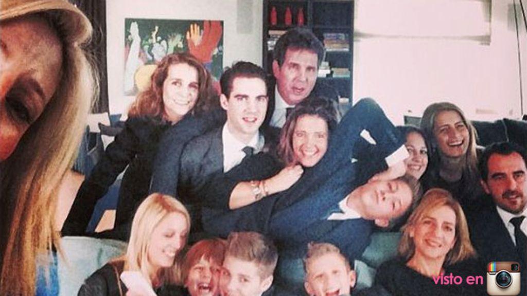 Las Infantas Elena y Cristina y familia, un 'selfie' muy real