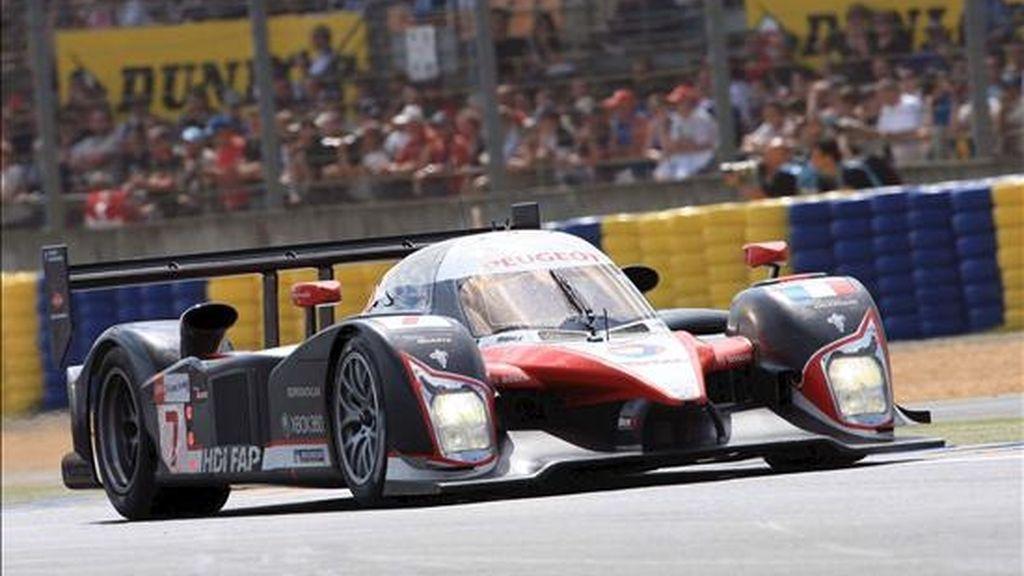 El Peugeot conducido consecutivamente por los pilotos Nicolas Minassian, el español Marc Gené y Jacques Villeneuve en el circuito de Le Mans, Francia, hoy. EFE