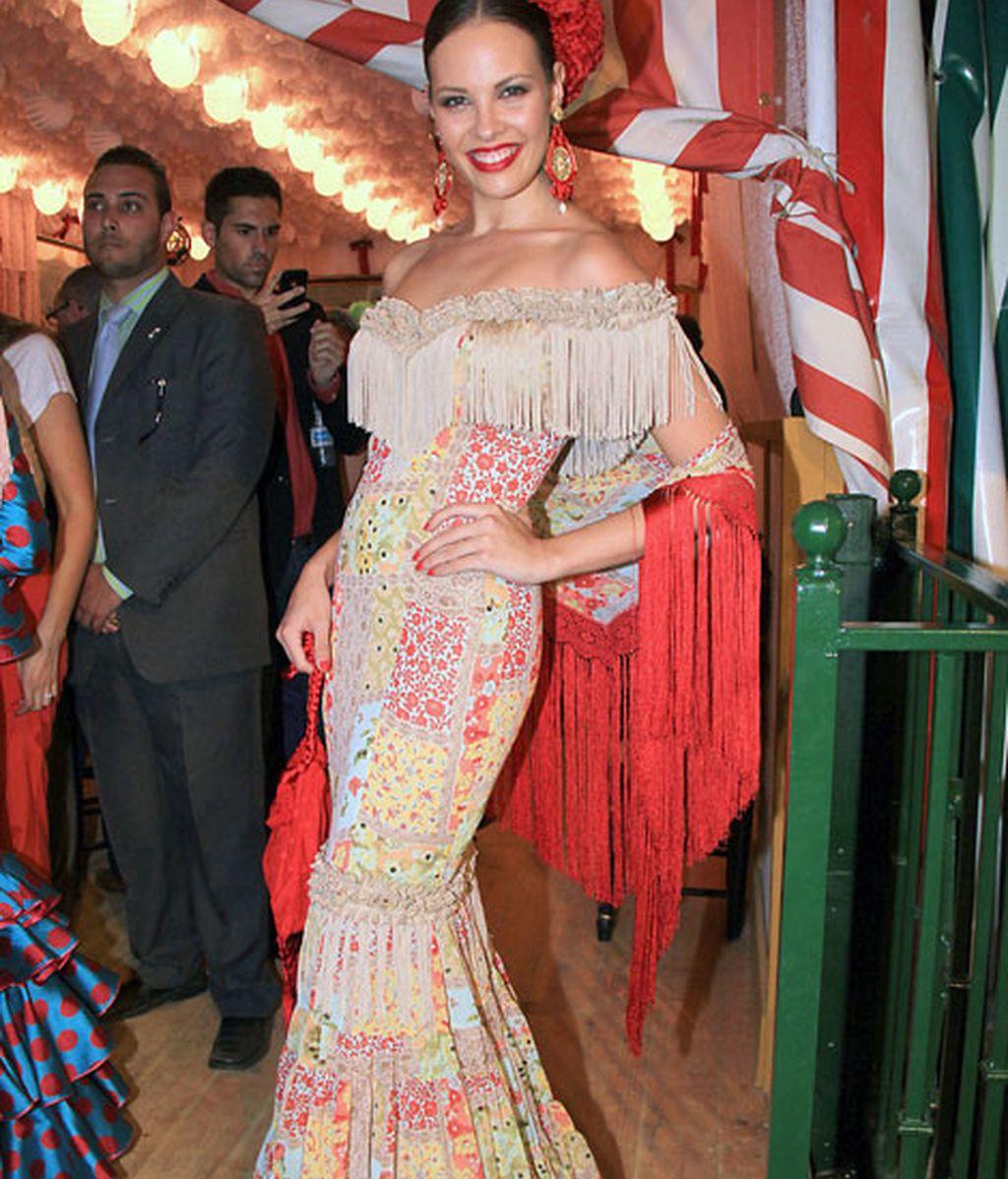 Jessica Bueno, con un traje estampado de flamenca y complementos en rojo