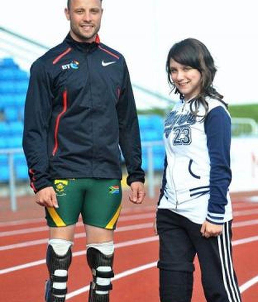 Una joven atleta paralímpica pide a los médicos que le apunten la otra pierna