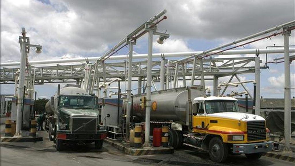 Fotografía del 16 de abril de 2010 que muestra camiones que cargan combustible en la Refinería Dominicana de Petróleo (Refidomsa) en San Cristóbal (República Dominicana). EFE/Archivo