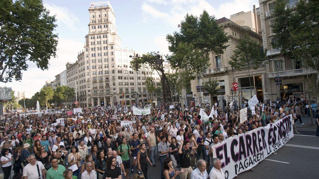"""Manifestación de los """"indignados"""" de Barcelona a su paso por Gran Via-Paseo de Gracia."""