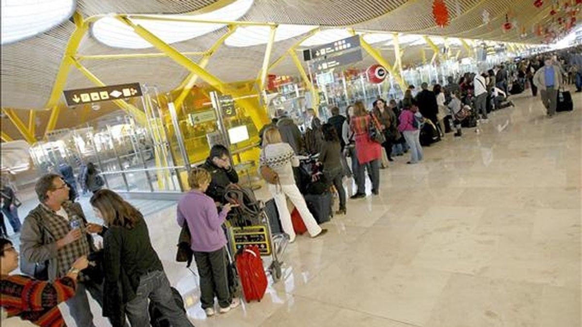 Cientos de personas esperan su turno para ser informados de sus vuelos en el aeropuerto de Madrid Barajas, cuyo cierre provocado por el abandono masivo de sus puestos de trabajo de los controladores aéreos ha afectado ya a decenas de miles de viajeros. EFE