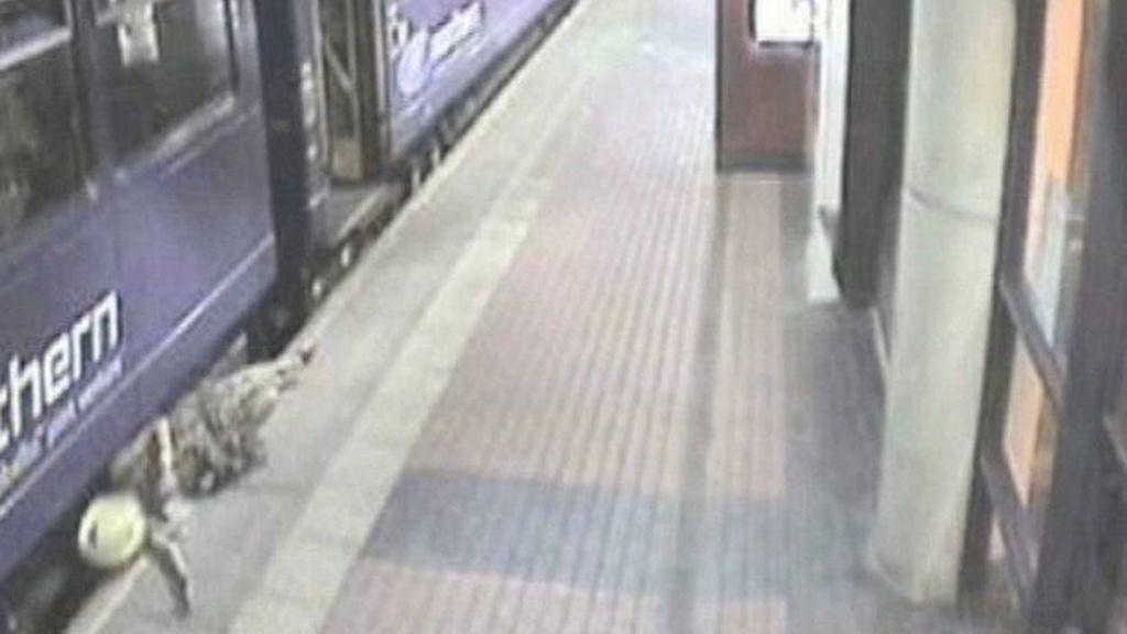 Cae debajo de un tren y sobrevive