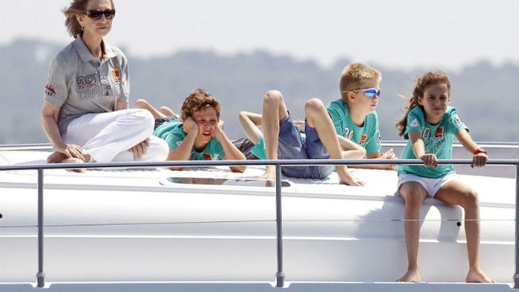 La Reina Sofía, de paseo marítimo con sus nietos