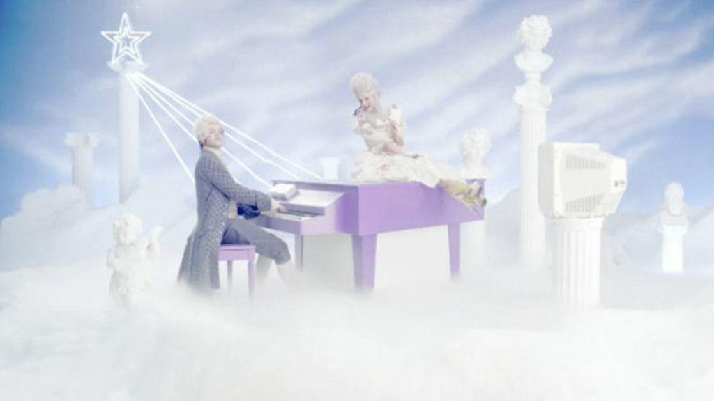 Selena Gómez viaja en el tiempo en su último videoclip