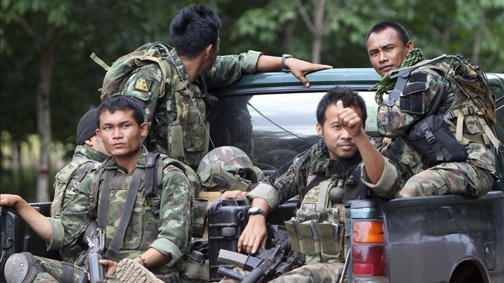 Soldados tailandieses se trasladan hoy hasta la frontera con Camboya para luchar en los enfrentamientos fronterizos entre los ejércitos de Camboya y Tailandia, en Phanom Dong Rak, en la privincia tailandesa de Surin. EFE
