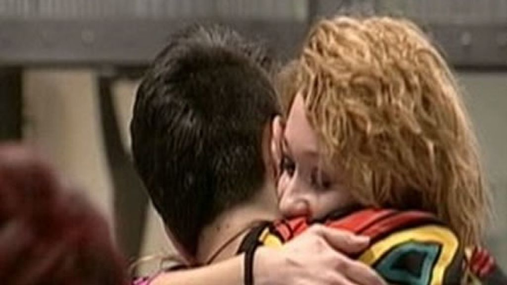 Kevin y Lisa se abrazan tras el tribunal de convivencia