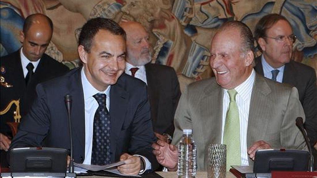 El Rey Juan Carlos y el presidente del Gobierno, José Luis Rodríguez Zapatero, presiden la reunión anual del patronato de la Fundación Carolina celebrada en el Palacio de la Zarzuela, el pasado 26 de enero. EFE/Archivo