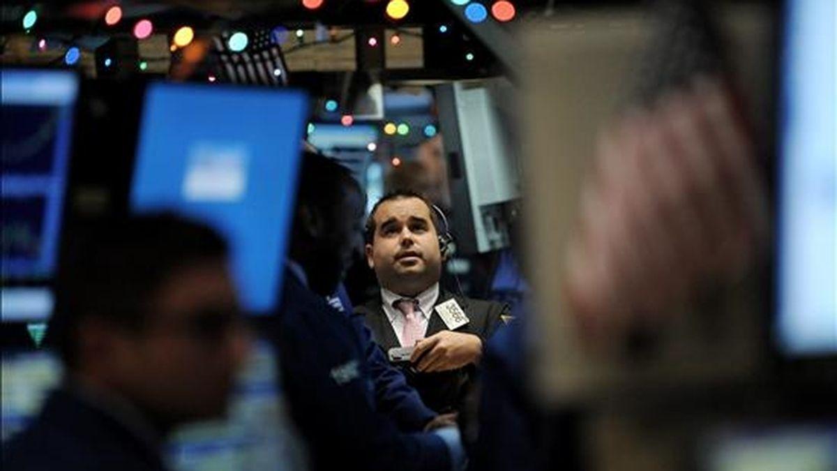 Wall Street logró terminar la semana en positivo, después de haber permanecido adormecida en las últimas sesiones a falta de datos claros que indicasen que Estados Unidos está en el buen camino para el impulso de la recuperación económica. EFE/Archivo