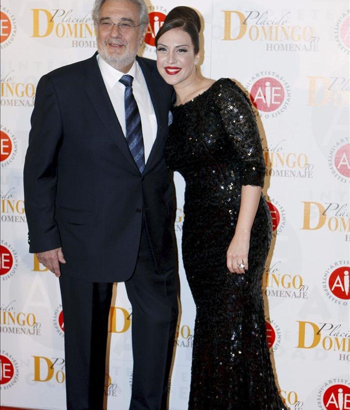 Plácido Domingo posa con la cantante Mónica Naranjo (d), a su llegada al homenaje al tenor español celebrado en Madrid. EFE