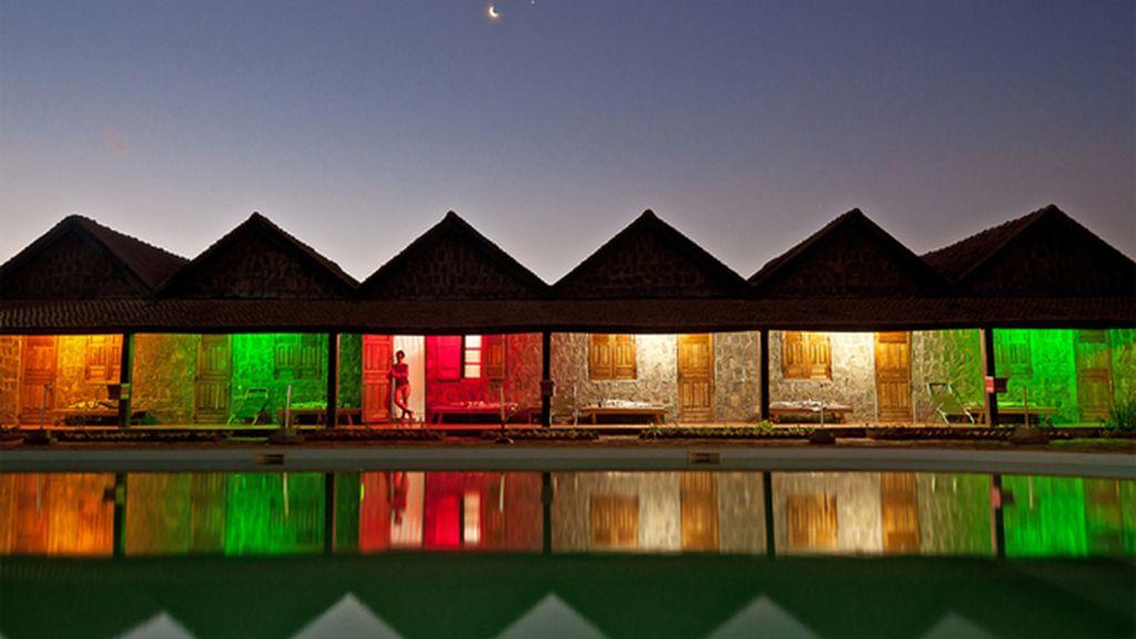 Luces de neón en un motel de Madagascar