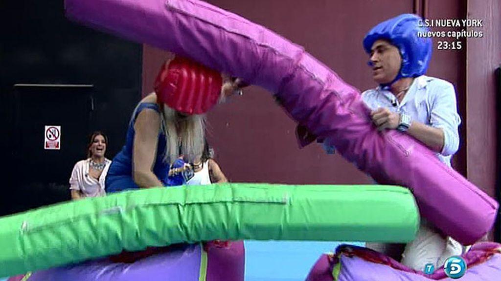 Loli Álvarez y Kiko Hernández 'luchan' cuerpo a cuerpo