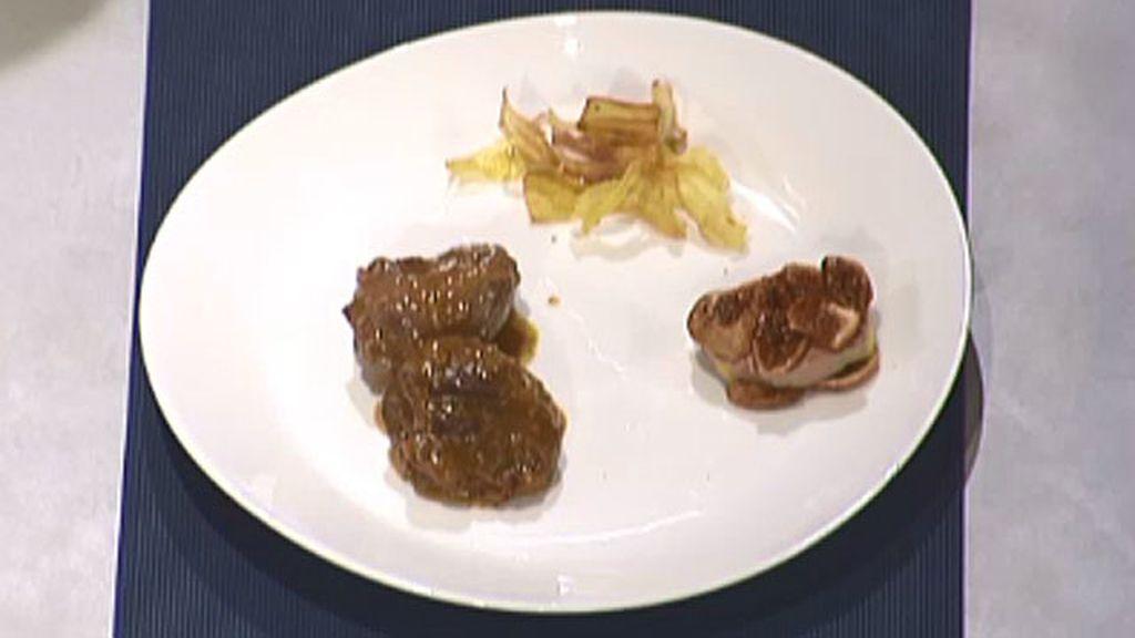 Carrilladas en salsa de higos con pastel de foie y crujiente de chirivía
