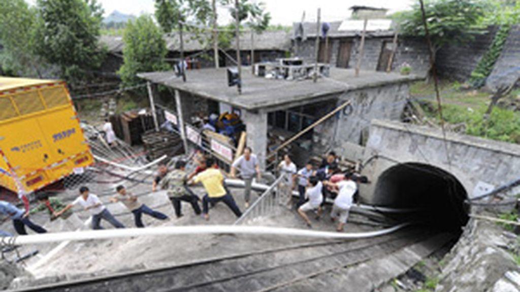 Miembros de los servicios de rescate trabajan para rescatar a los mineros FOTO: EFE