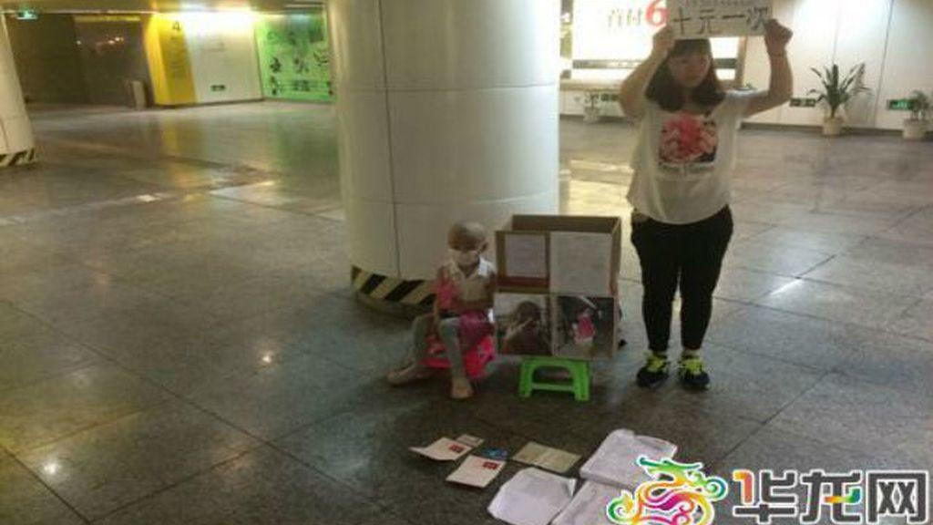 Una madre vende abrazos a desconocidos para ayudar a su hija enferma de Leucemia