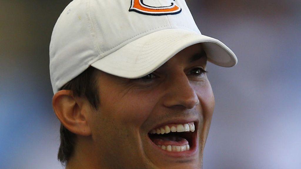 Ashton Kutcher se cubre con una gorra de béisbol