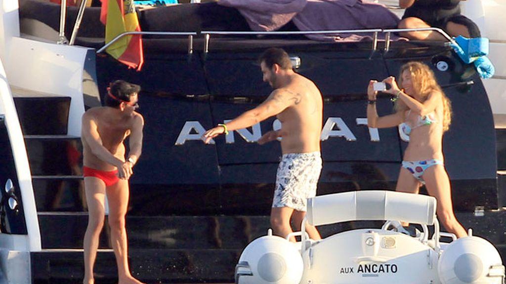 David Meca enseña a chapotear a Blanca Cuesta y Borja Thyssen