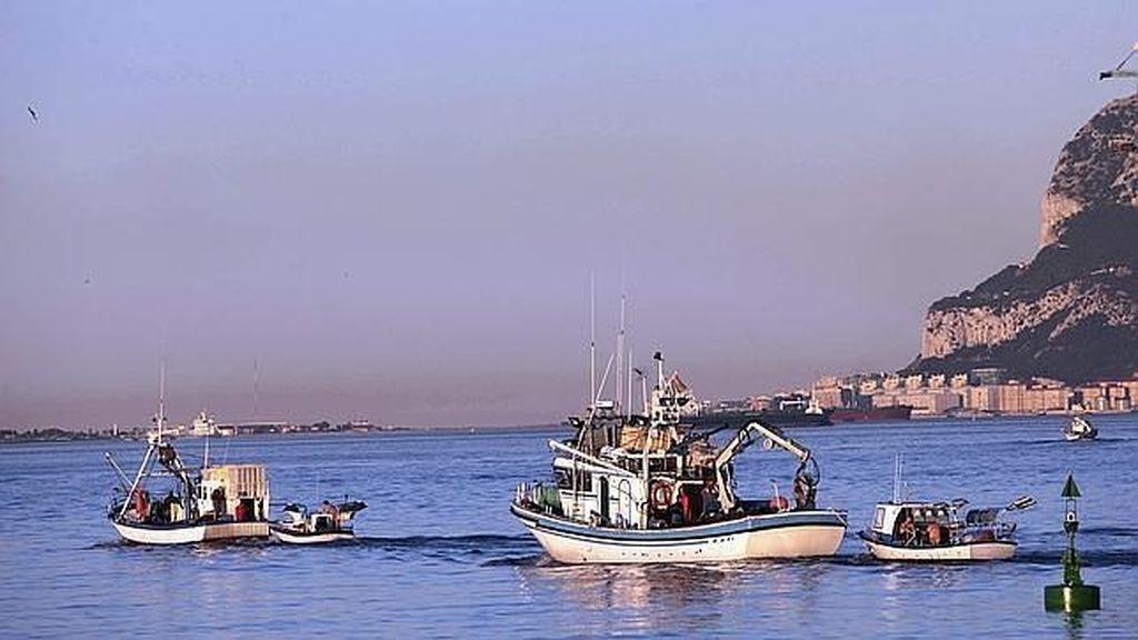 Pesqueros españoles en aguas cercanas al Peñón