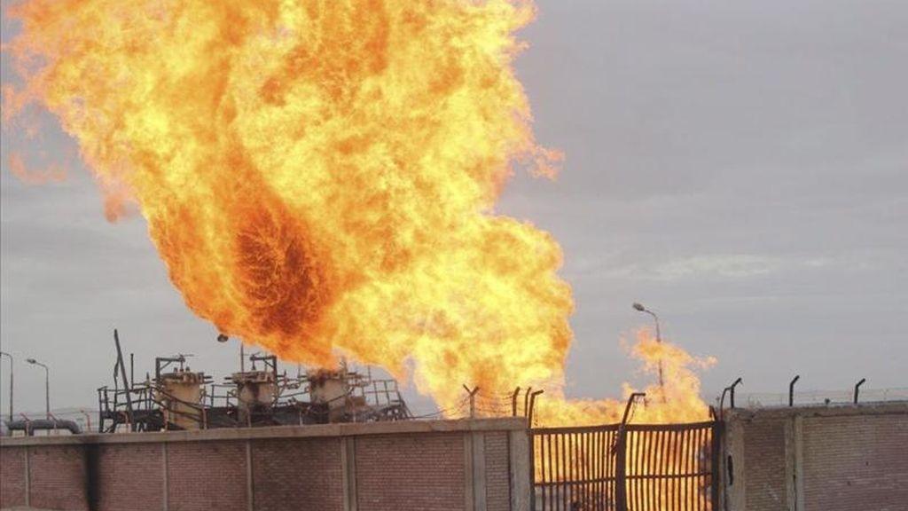Una llamarada emana hoy de un gasoducto en Al-Arish en la península egipcia del Sinaí. EFE