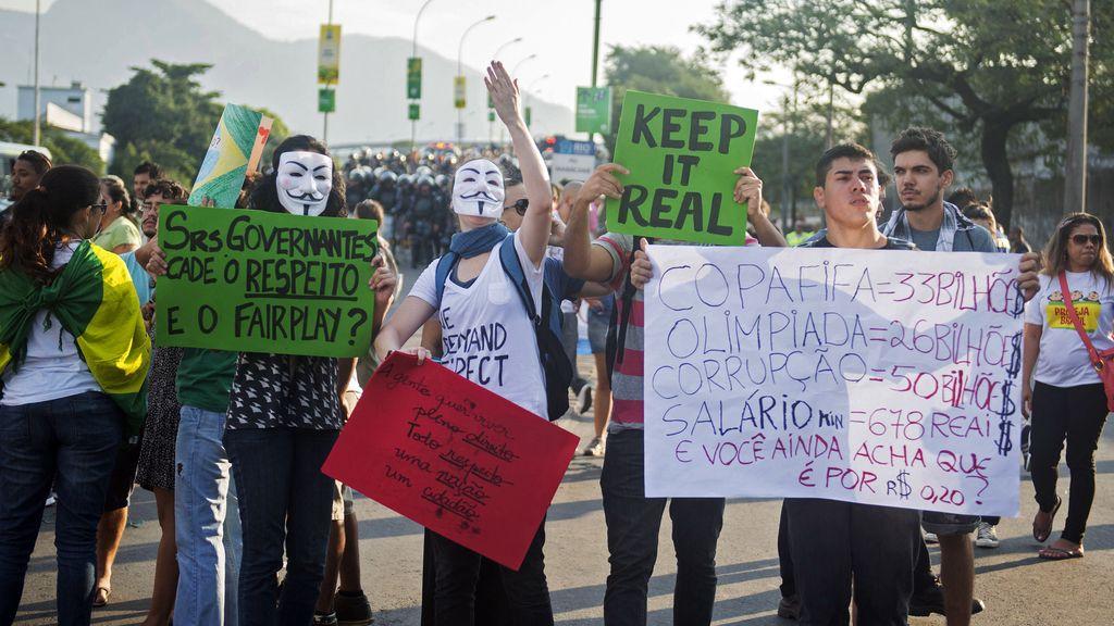 Policías y manifestantes se enfrentan en las calles de Brasil