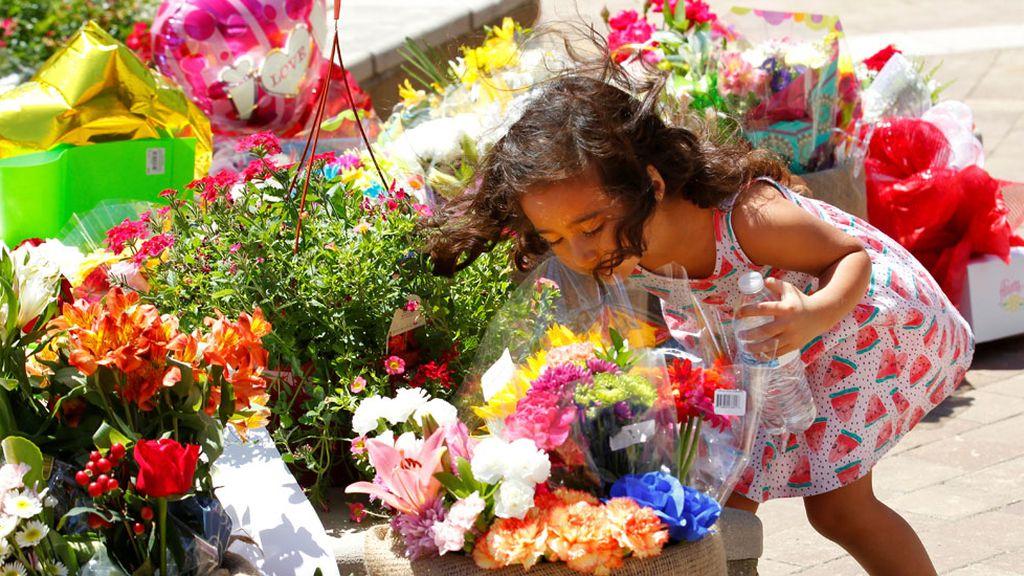 Flores y obsequios recuerdan en un monumento a Muhammad Ali (07/06/2016)