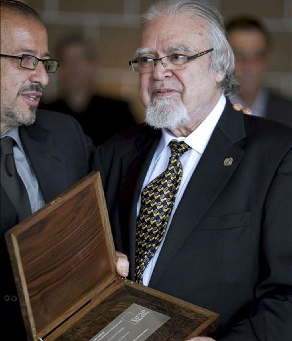 El compositor grancanario Juan José Falcón Sanabria muestra la placa que lo acredita como ganador del premio Daniel Montorio de 2007, que le concedió la SGAE por su ópera 'La Hija del cielo', estrenada en septiembre de ese año. EFE