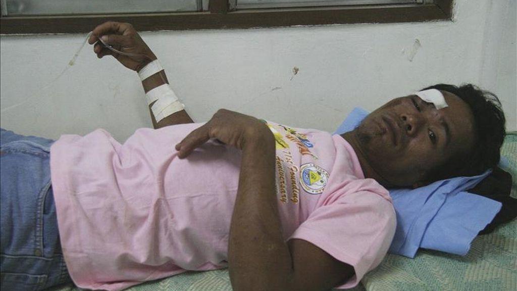 Un filipino recibe atención médica tras resultar herido al verse implicado en un corrimiento de tierras ocurrido en una zona minera del sur de Filipinas. EFE