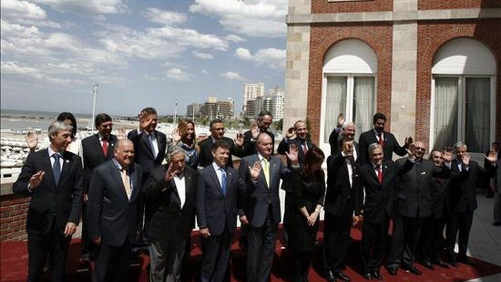 Los jefes de Estado y de Gobierno de la XX Cumbre Iberoamericana posan este 4 de diciembre para la foto oficial en la ciudad de Mar del Plata (Argentina). EFE