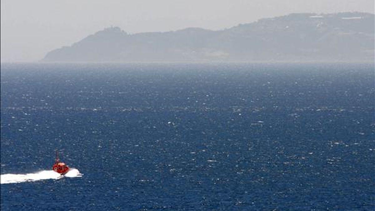 Una embarcación de Salvamento Marítimo en tareas de búsqueda de 18 inmigrantes desaparecidos que viajaban en una patera que naufragó el pasado 4 de junio cerca de Tarifa (Cádiz). EFE/Archivo