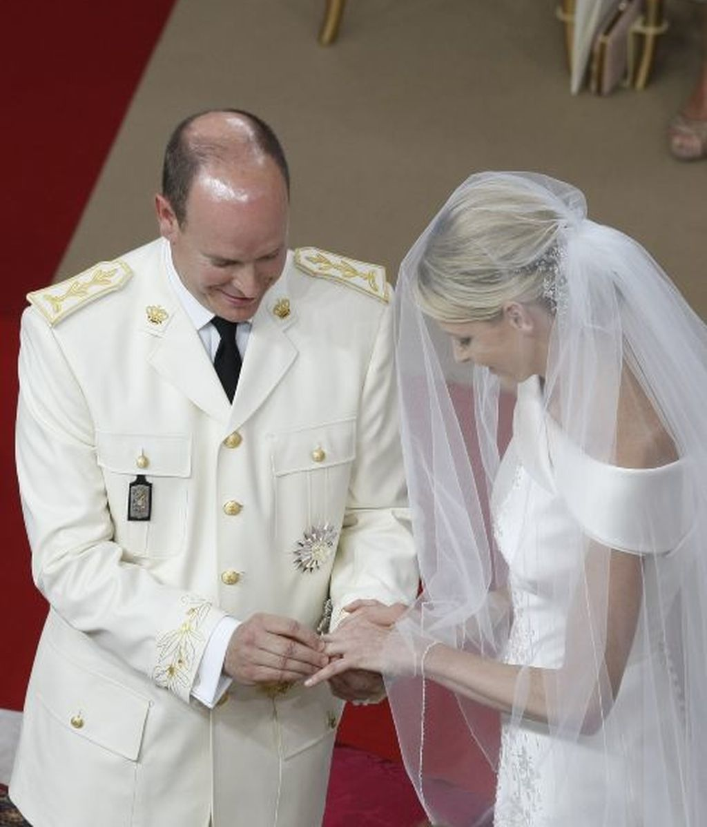 Alberto le pone el anillo a Charlene