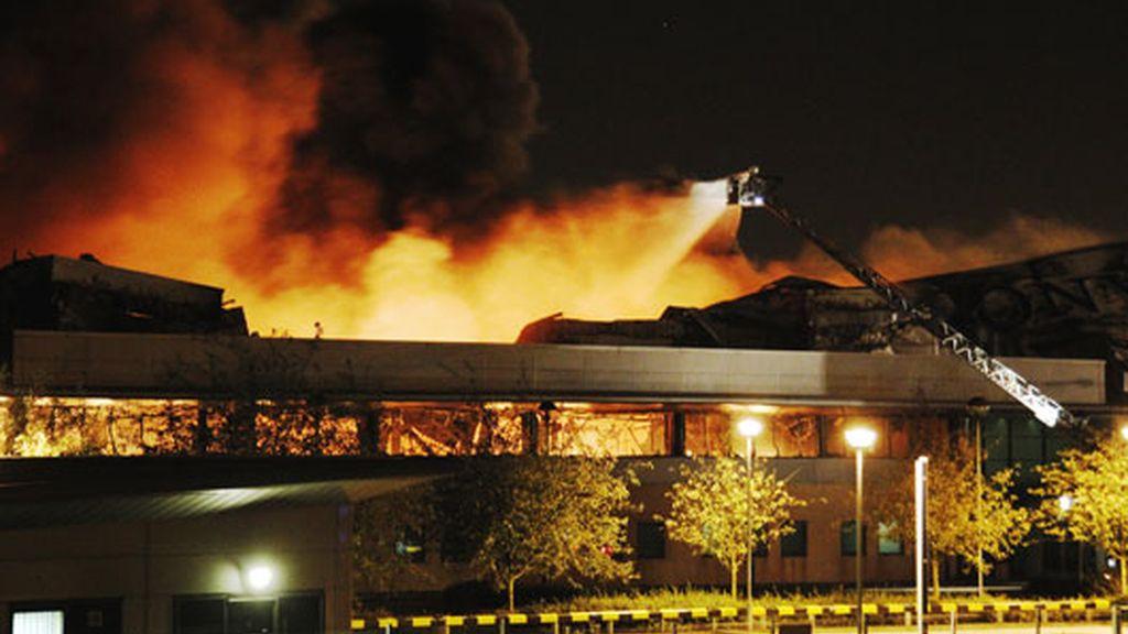 Incendio en el centro de distribución de Sony en Enfield (noroeste de Londres)
